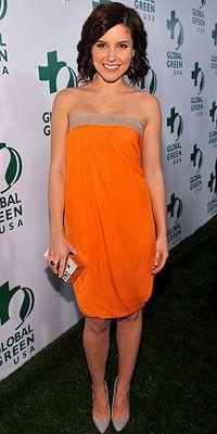 Sophia Bush  Sophia Bush bu elbisenin içinde kocaman tatlı bir mango gibi görünüyor. Kumrallar ve buğday tenlilere çok yakışacak bu renk aynı zamanda sezon trendi parlak renklerden biri.